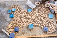 Schriftbild nach untenstücke Zellige-Terrakotta glasierten Fliesen, um ein marokkanisches Mosaikmuster zu bilden stockfotografie