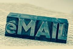 Schriftliche E-Mail in den Führungsbuchstaben lizenzfreie stockbilder