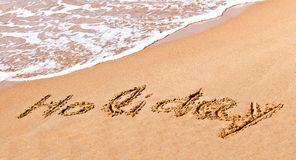 Schriftlicher Feiertag gezeichnet auf den Sand Lizenzfreie Stockfotografie