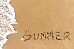 Schriftlicher Sommer gezeichnet auf den Sand Stockbild