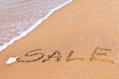 Schriftlicher Verkauf gezeichnet auf den Sand Lizenzfreies Stockfoto