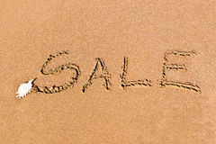 Schriftlicher Verkauf gezeichnet auf den Sand Stockfotos