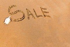Schriftlicher Verkauf gezeichnet auf den Sand Lizenzfreie Stockfotografie