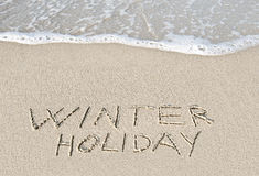 Schriftlicher Winterfeiertag im Sand. Lizenzfreie Stockfotos