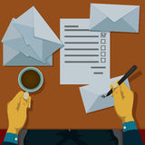 Schrijf adressen op te posten enveloppen Royalty-vrije Stock Afbeeldingen