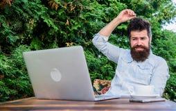 Schrijf artikel voor online tijdschrift Gebaarde hipsterlaptop die Internet surfen Mens die inspiratie zoeken verslaggever royalty-vrije stock afbeelding
