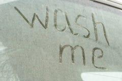 Schrijf de woorden me op de zeer vuile oppervlakte van de auto wassen Conceptenautowasserette royalty-vrije stock afbeeldingen