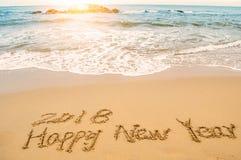 Schrijf gelukkig nieuw jaar 2018 op strand Stock Foto's
