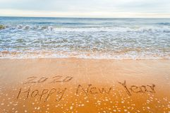 Schrijf 2020 gelukkig nieuw jaar op strand Royalty-vrije Stock Afbeelding