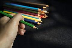 Schrijf met de kleurrijke potloden stock foto's