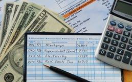 Schrijf sommige controles om betalingen te verrichten stock afbeelding