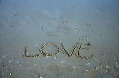 Schrijf woordliefde op het strand Stock Foto's