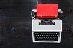 Schrijfmachine en rood document Royalty-vrije Stock Afbeeldingen
