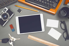Schrijfmachine en tablet stock foto