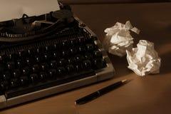 Schrijfmachine met document en pen, Royalty-vrije Stock Afbeelding