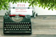 Schrijfmachine met 2015 Nieuwjaren Resoluties en Kerstmisboom t Stock Afbeelding