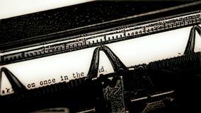 schrijfmachine omgezet in beeldverhaal met fairytaletekst stock video