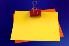Schrijfpapier en paperclips Stock Foto