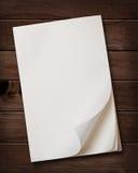 Schrijfpapier op houten lijst. Royalty-vrije Stock Foto
