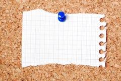 Schrijfpapier op noticeboard stock afbeeldingen