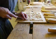Schrijnwerker die aan een stuk van hout werken Royalty-vrije Stock Fotografie