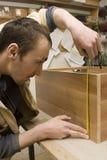 Schrijnwerker die meubilair in zijn manufactory maakt Stock Foto's