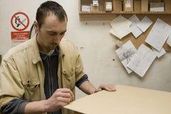 Schrijnwerker die meubilair in zijn workshop maakt Royalty-vrije Stock Afbeeldingen