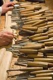 Schrijnwerker met zijn hulpmiddelen Stock Afbeeldingen