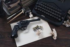 Schrijvend een verhaal van de misdaadfictie - oud retro uitstekend schrijfmachine en revolverkanon met munitie, boeken, leeg docu royalty-vrije stock foto