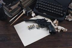 Schrijvend een verhaal van de misdaadfictie - oud retro uitstekend schrijfmachine en revolverkanon met munitie, boeken, leeg docu stock afbeeldingen
