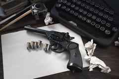 Schrijvend een verhaal van de misdaadfictie - oud retro uitstekend schrijfmachine en revolverkanon met munitie, boeken, leeg docu stock foto's