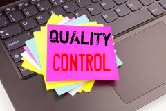 Schrijvend Kwaliteitscontroletekst in het bureauclose-up wordt gemaakt op laptop computertoetsenbord dat Bedrijfsconcept voor het stock foto