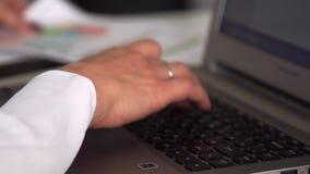 Schrijvend op laptop, vrouwelijke handen stock videobeelden