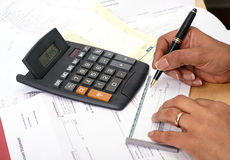 Schrijvende cheque Stock Foto