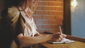 Schrijvende de nota'sontwerper van de ideeëninspiratie blogger stock video