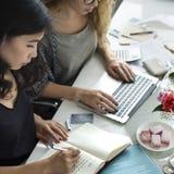 Schrijvende Werkende Informatievrouwen Toevallig Concept stock afbeelding