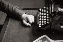 Schrijver voor de oude schrijfmachine Stock Afbeeldingen