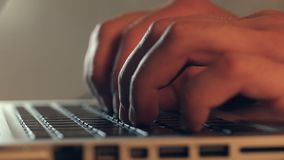 Schrijvers` s handen die op een laptop toetsenbord typen stock video