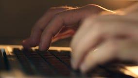 Schrijvers` s handen die op een laptop toetsenbord typen stock videobeelden