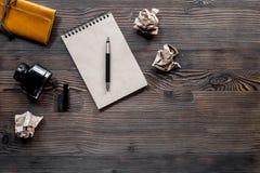 Schrijversconcept Pen, uitstekend notitieboekje en verfrommeld document op houten lijst hoogste mening als achtergrond copyspace royalty-vrije stock afbeelding