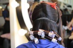 6. Schritt der Rolle das Haar beim Perming stockfotos