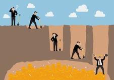 Schritt des Geschäftsmannes einen Boden grabend, um Schatz zu finden Stockbilder