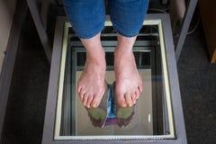 Schritt-Digital-Fuß-Scan, Orthotics-Fuß-Scan für Schuh-Einlegesohlen nach Maß, Lage und Gleichgewichtsanalyse Doktor, Patient Stockfotos