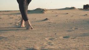 Schritt für Schritt auf einem Sand stock video footage