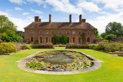 Schritt Haus Barrington Court nahe Ilminster Somerset England Großbritannien mit Lilienteichgarten im Sommer stockbilder
