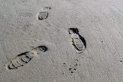 Schritte auf dem Sand Stockbilder