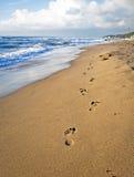 Schritte auf dem Strand in Italien Stockbilder