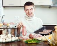 Schritte des Kochens des französisch-ähnlichen Fleisches in der Bratwanne. Stockbilder