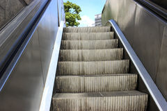 Schritte des Rolltreppenausganges zur Straße Stockfotos
