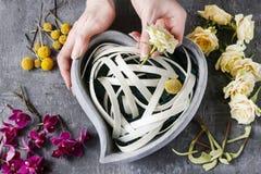 Schritte des Treffens des Blumengestecks Stockfotos